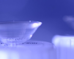 הרכבה והסרה של עדשת המגע הסקלרלית